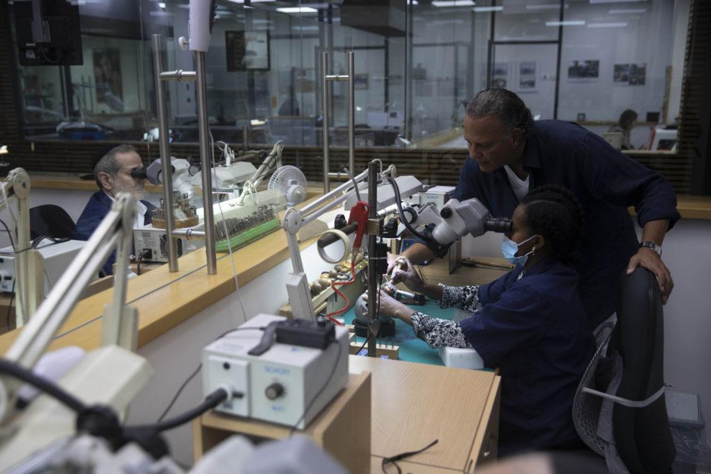 Photos: Israeli Jeweler Makes $1.5M Gold Coronavirus Mask 5
