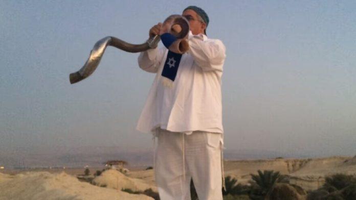 Robert Weinger blowing two shofars in perfect harmony. Source: Screenshot