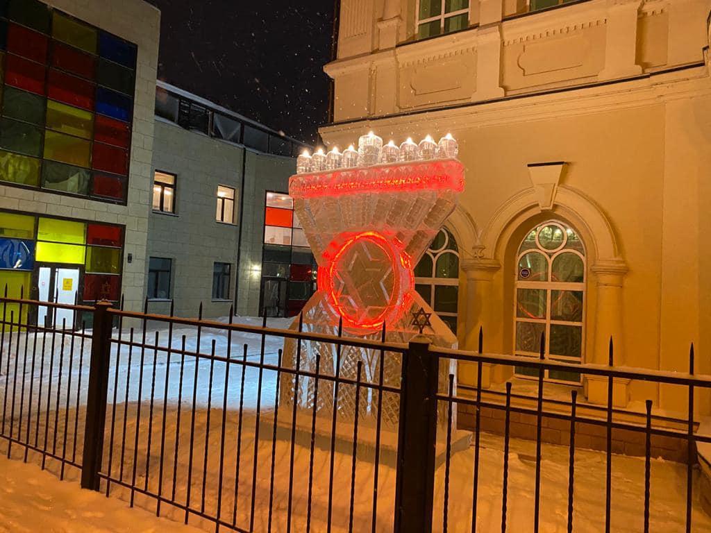 Video: A Siberian Synagogue Has A 10-Foot Menorah Made Of Ice 2